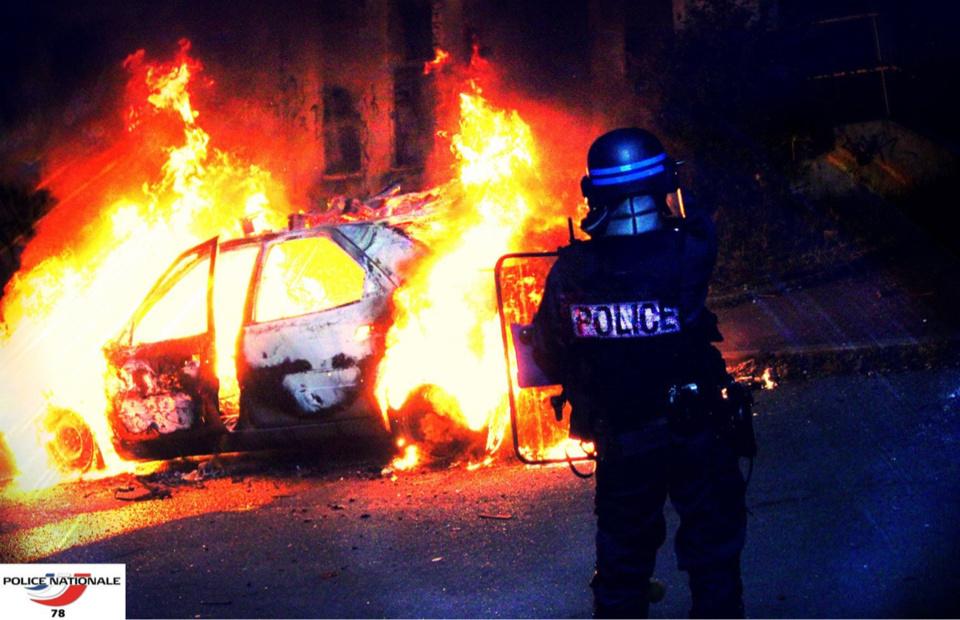 Les policiers ont été pris pour cible alors qu'ils intervenaient pour un feu de voiture - Illustration @ DDSP78