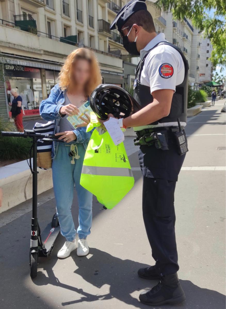 Des brassards réfléchissants et des casques ont été offerts à une trentaine d'usagers lors de cette opération de sensibilisation - Photo @ DDSP76