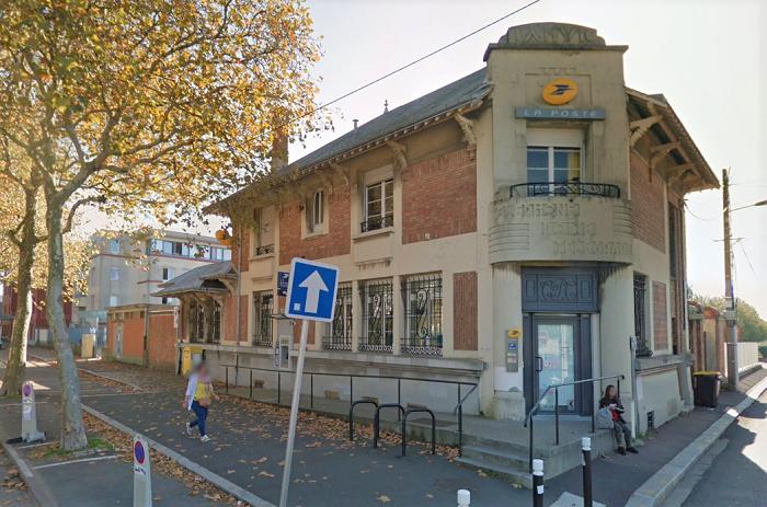 Les faits sont survenus dans ce bureau de poste, place Raymond-Poincaré - Illustration @ Google Maps