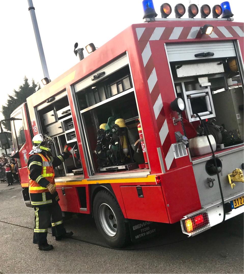 Les moyens engagés ont permis de préserver de l'incendie un bâtiment voisin contenant du blé en vrac - Illustration @ infoNormandie