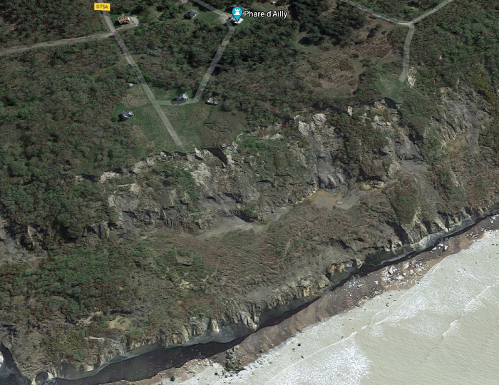 Le jeune homme a chuté du haut de la falaise, au niveau du phare d'Ailly, soit une dizaine de mètres  - Illustration © Google Maps