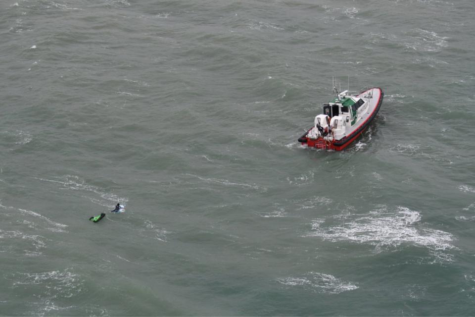 Le surfer a été récupéré à bord de la pilotine du port du Havre - Crédit photo : Brigade de Surveillance AéroMaritime (BSAM) Le Havre - Douane française