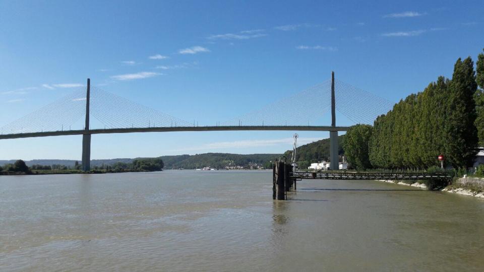L'homme a sauté dans le fleuve depuis le pont de Brotonne
