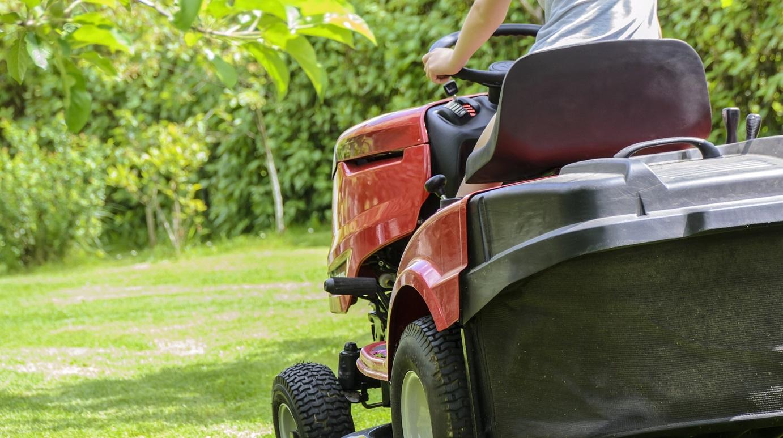 Le septuagénaire était occupé à tondre une pelouse quand le drame s'est produit - Illustration © Pixabay