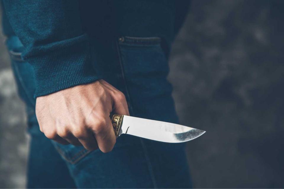 La victime a reçu trois coups de couteau, au visage, au cou et à une main. L'auteur a été interpellé pour tentative homicide volontaire - Illustration © Adobe Stock
