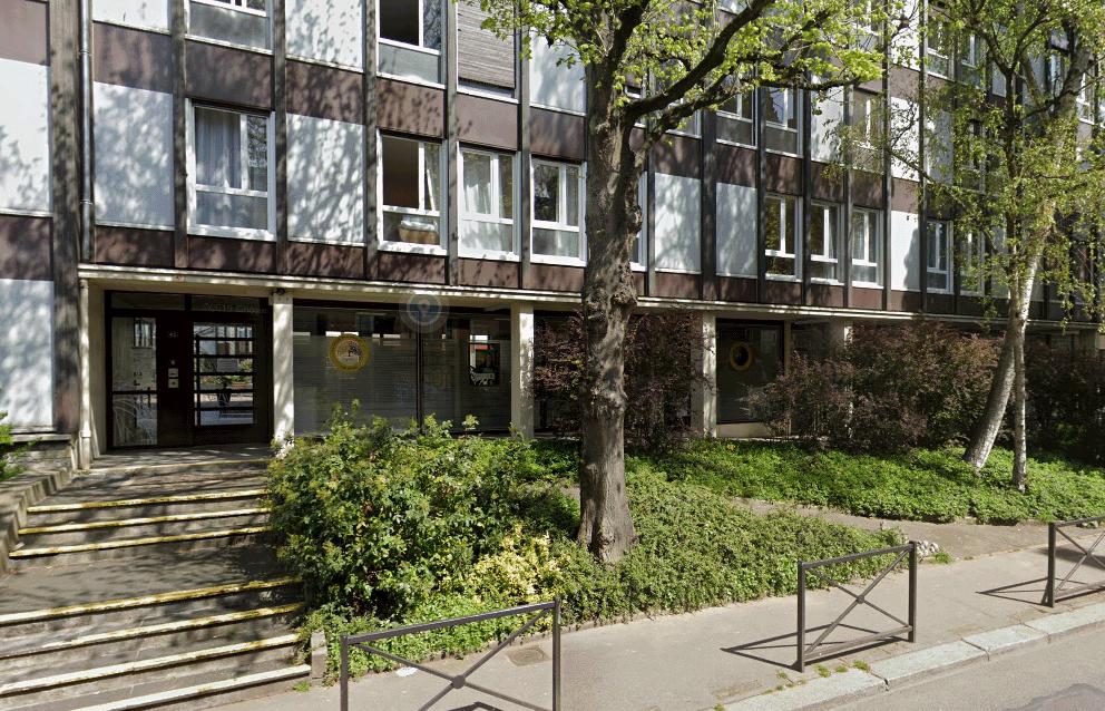L'homme avait passé la nuit avec ses deux compagnons d'infortune à l'abri de cet immeuble de la rue d'Amiens - Illustration © Google Maps