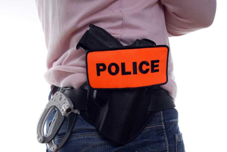 Les policiers ont dû faire preuve d'autorité pour maîtriser l'adolescent particulièrement virulent - illustration @ Adobe