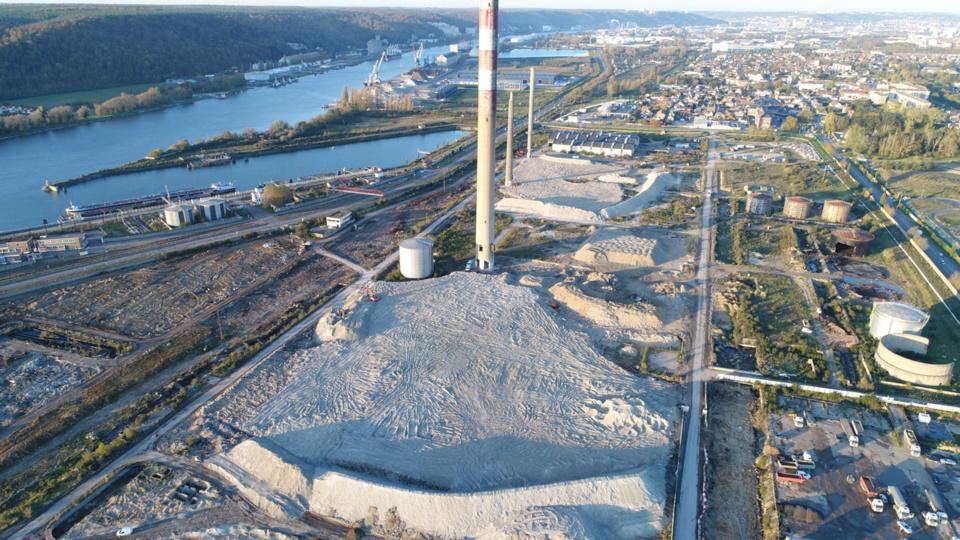 La démolition des trois dernières cheminées interviendra ce samedi après-midi. Elles étaient le dernier symbole de la raffinerie Shell puis Petroplus - Photo © VALGO/Twitter