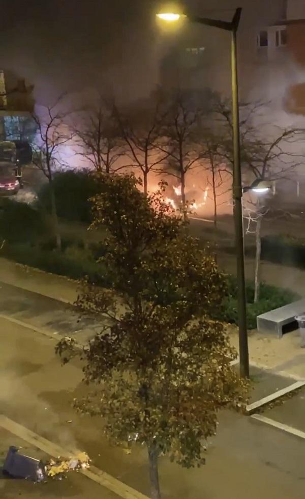 Trois poubelles et une voiture utilitaire ont brûlé, rue Galilée - Photo envoyée par un lecteur