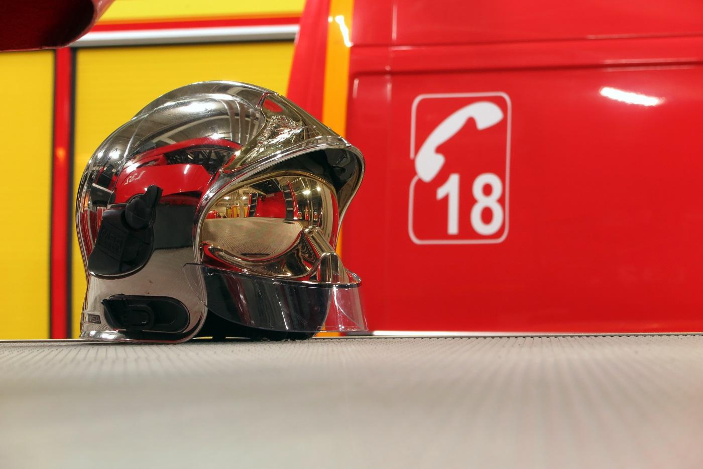 Les sapeurs-pompiers ont éteint le feu au moyen d'une lance - lustration © Adobe