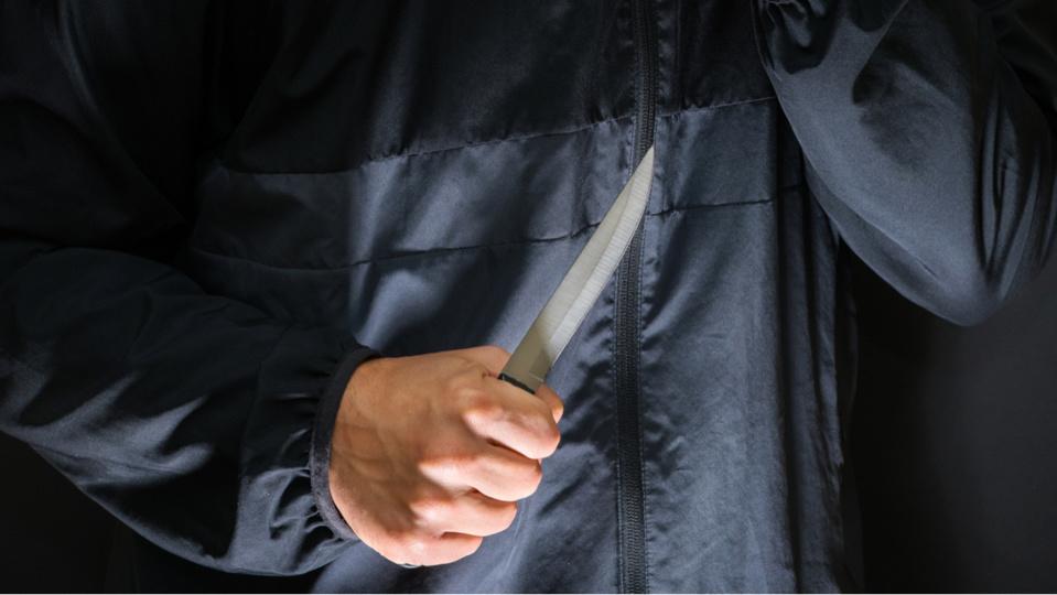 La lame du couteau est passée très près d'une artère du bras - Illustration @ Adobe