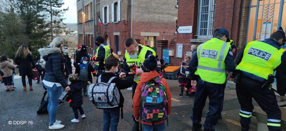 Rouen : des chasubles et brassards réfléchissants distribués pour la sécurité des écoliers et parents