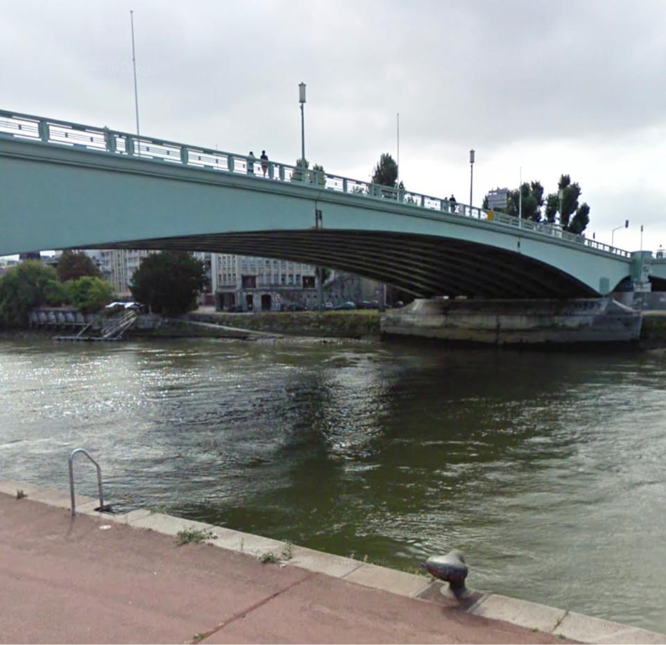 L'homme a enjambé le parapet du pont et s'est jeté dans le fleuve, selon un témoin - illustration