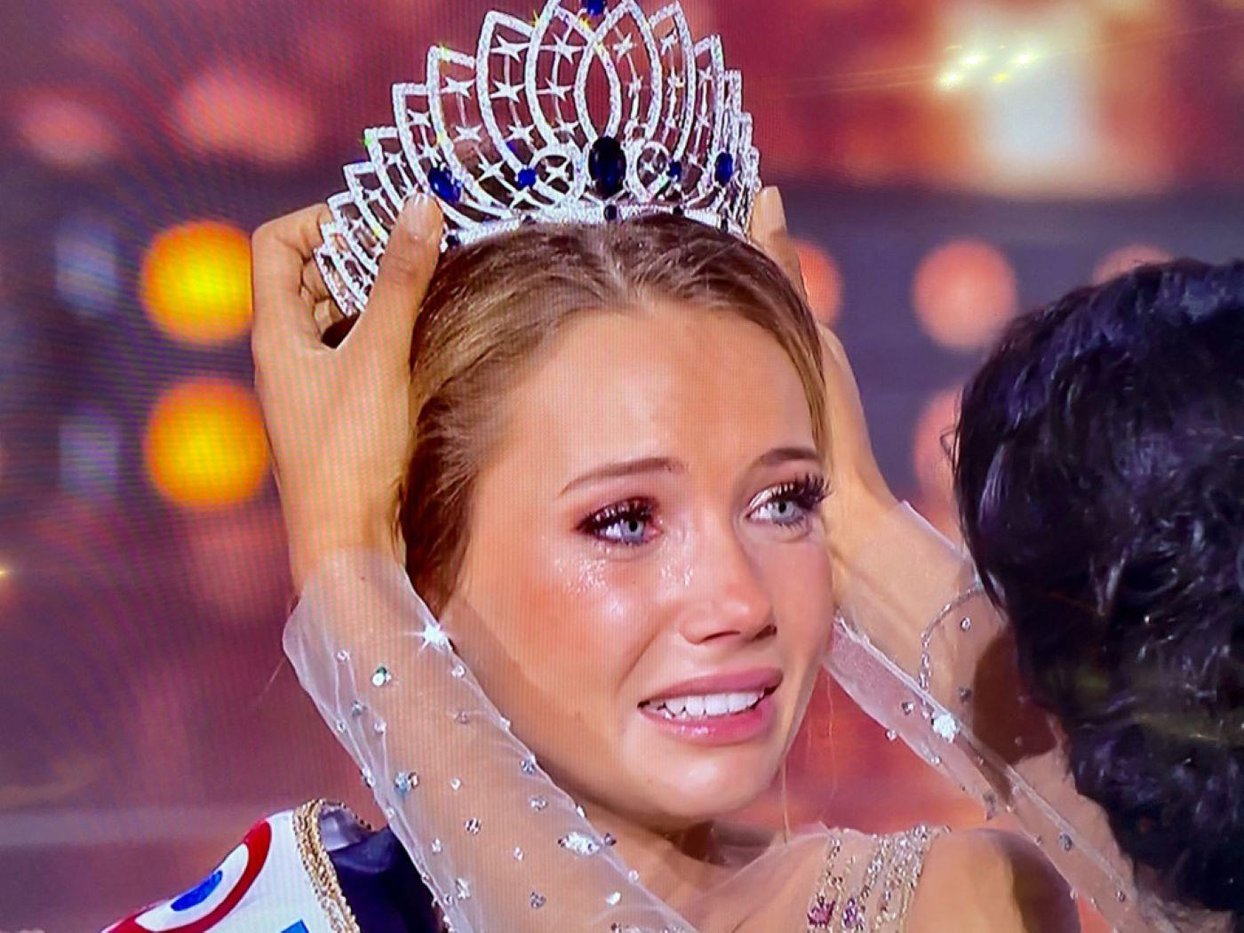 Beaucoup d'émotion sur le visage d'Amandine, 23 ans, au moment de coiffer ce soir la couronne de Miss France 2021 - @capture d'écran TF1