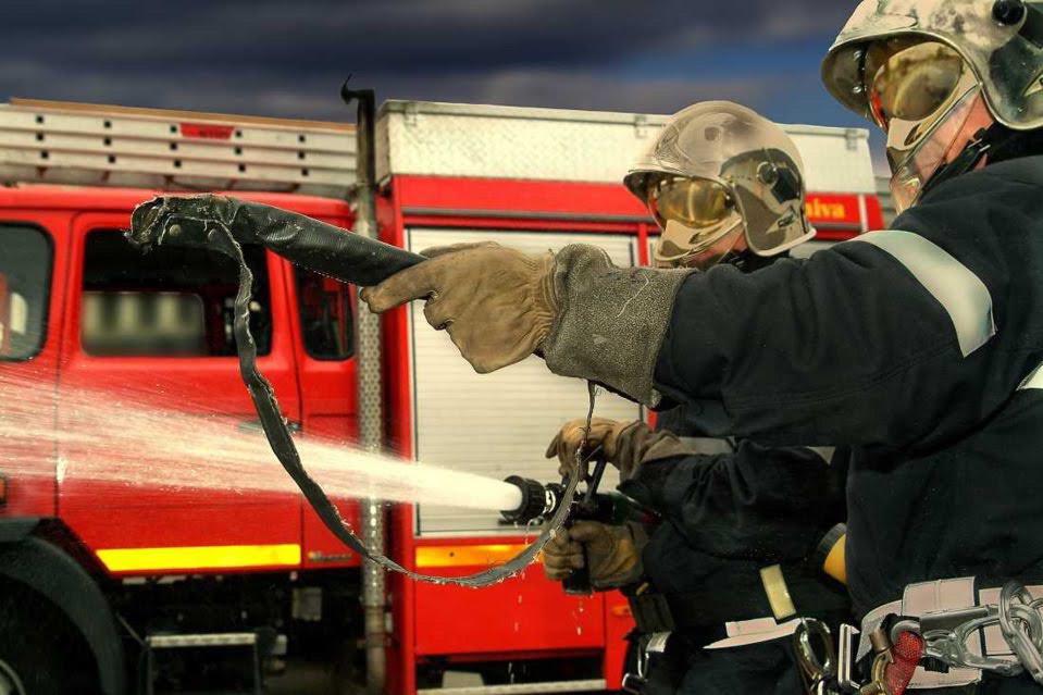 Les sapeurs-pompiers ont établi deux lances à incendie - Illustration