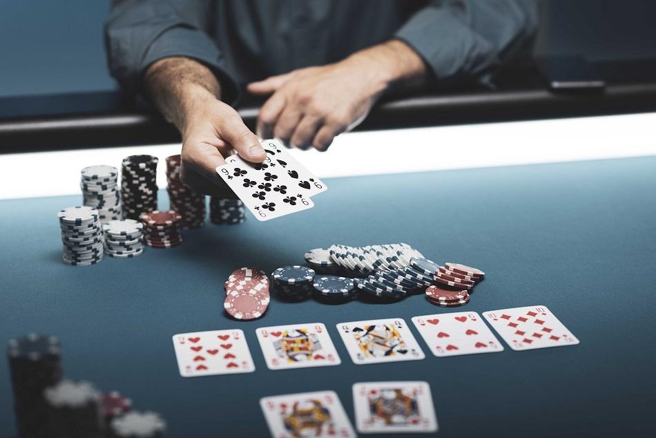 Les joueurs de poker se réunissaient en plein couvre-feu dans le centre-ville du Havre - Illustration © iStock