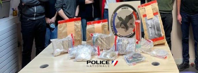 11.227kg d'héroïne, 543g de cocaïne et 2.044kg de résine de cannabis ainsi que 10 800€ en liquide ont été saisis lors des perquisitions - Photo © DDSP76