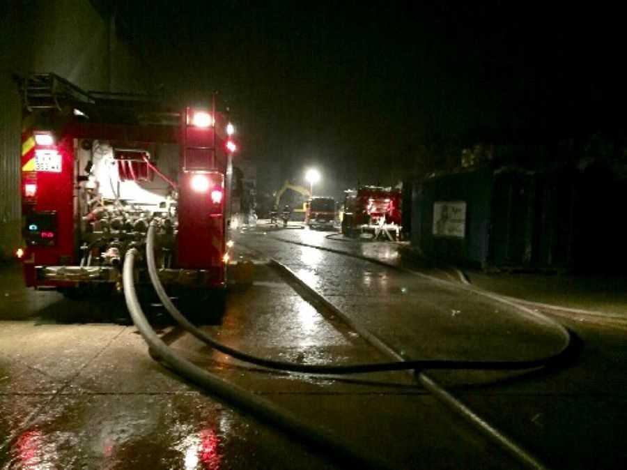 Deux lances à incendie ont été établies pour empêcher la propagation du feu  - illustration