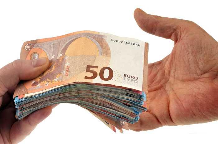 Quelque 160 000€ en petites coupures ont été découverts dans une voiture dissimulée dans un box - Illustration © Adobe Stock