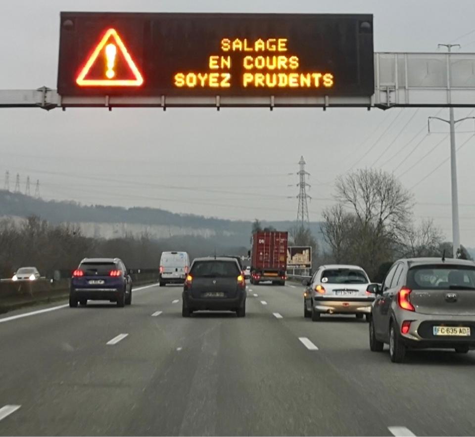 Ce mardi soir, sur l'autoroute A13, une opération de salage a eu lieu en prévision des chutes de neige attendues, notamment dans les Yvelines et l'Eure - Photo © C.L./infoNormandie
