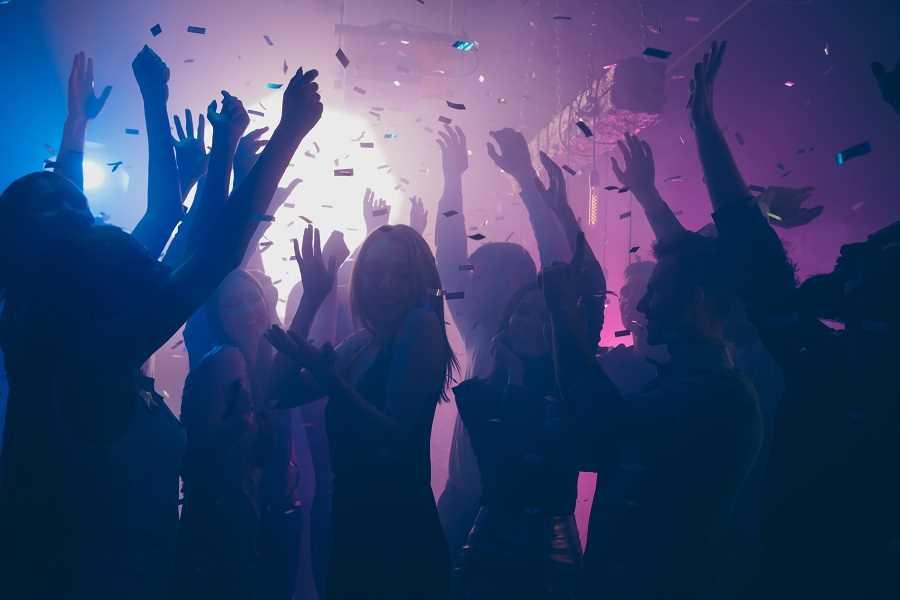 La fête rassemblait une trentaine de garçons et filles Illustration © Adobe Stock