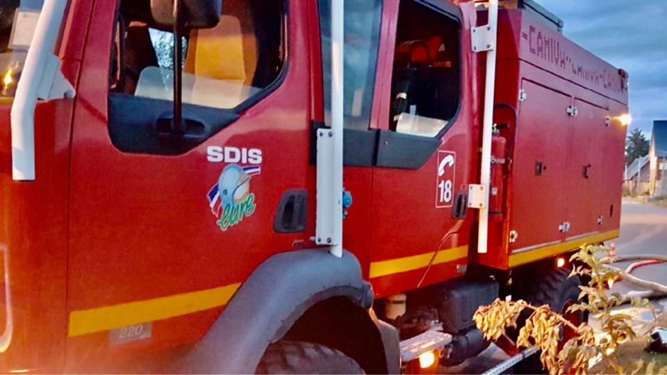 Les sapeurs-pompiers ont établi deux lances pour combattre l'incendie - Illustration @ infoNormandie