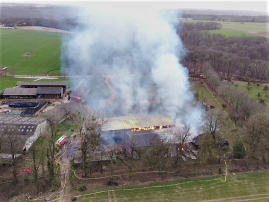 Le bâtiment de 3 000 m2 était entièrement embrasé à l'arrivée des secours - Photo © Sdis76