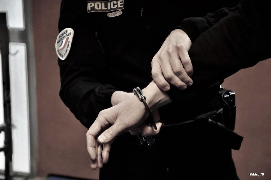 L'homme a dû être maîtrisé pour être emmener à l'hôtel de police - Illustration © DDSP76