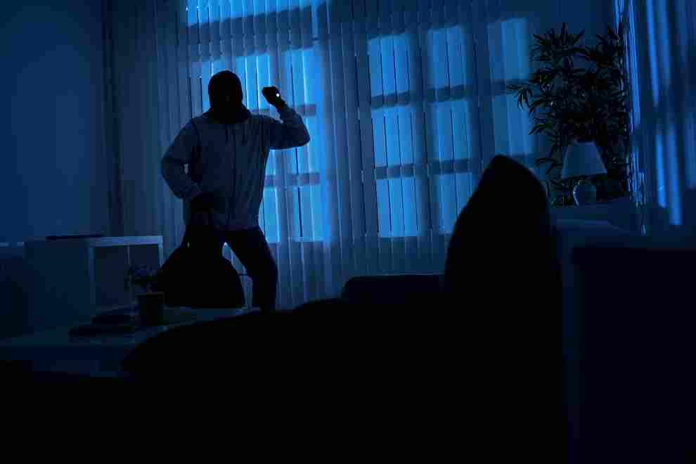 Les agresseurs sont entrés dans l'appartement sans effraction et ont surpris l'octogénaire  dans son sommeil en pleine nuit -  Illustration © Adobe Stock