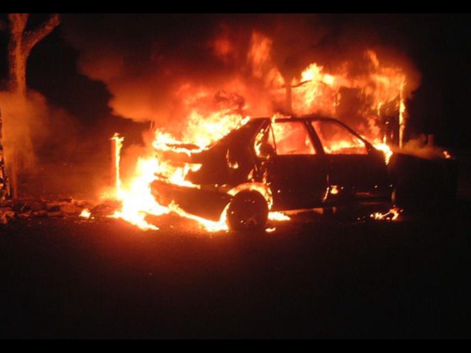 Le véhicule était embrasé à l'arrivée des sapeurs-pompiers - Illustration
