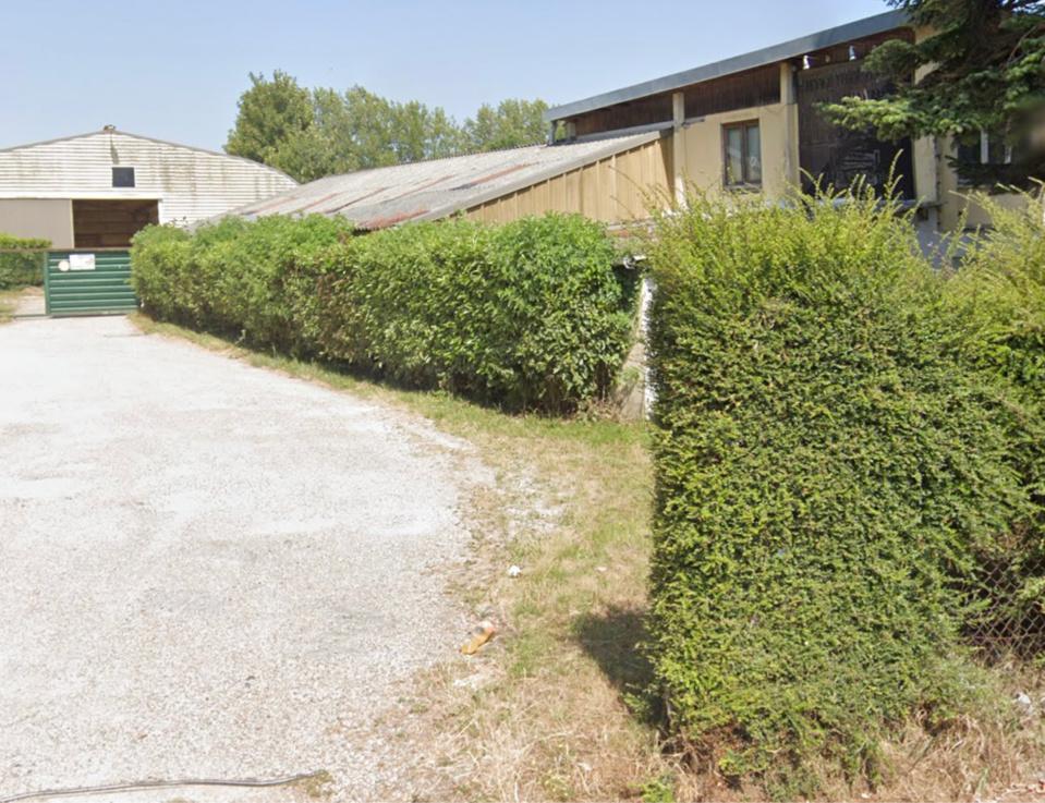Les bâtiments qui ont abrité les écuries Anquetin sont aujourd'hui désertés - illustration