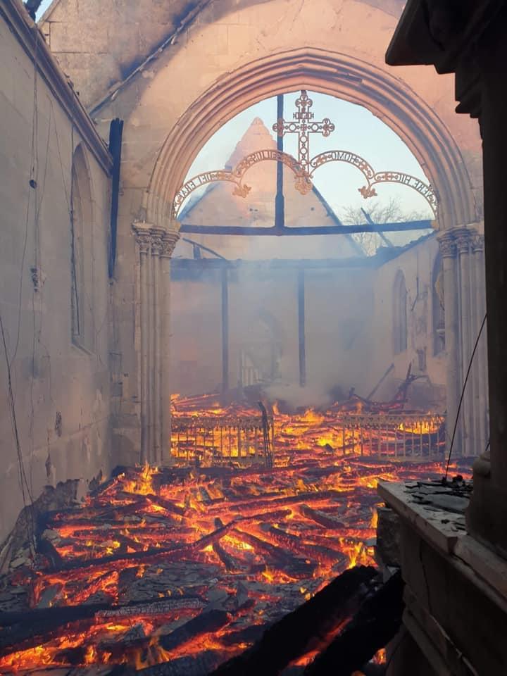 L'intérieur de l'église n'était plus qu'un immense brasier - Photo publiée sur Twitter par Sébastien Lecornu