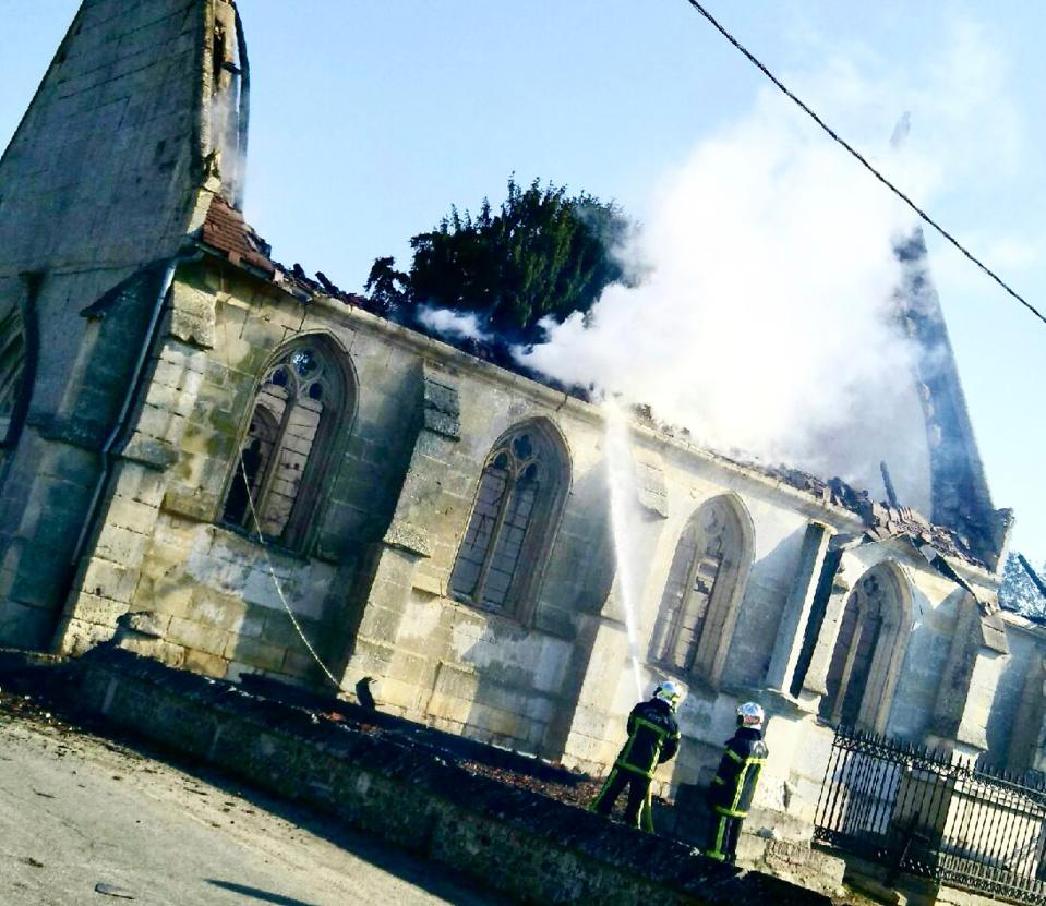Il ne reste que les murs de l'édifice qui a été ravagé par un violent incendie ce samedi Latin - Photo @ DR