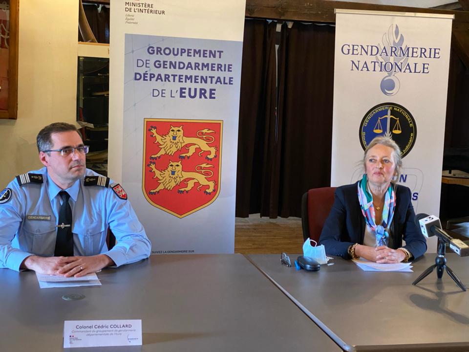 Dominique Puechmaille, procureure de la République et le colonel Cédric Collard, patron du groupement de gendarmerie lors de la conférence de presse, ce vendredi après-midi - photo @ infoNormandie