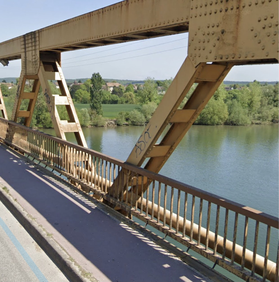 Un témoin a déclaré avoir vu l'homme sauter du pont qui enjambe la Seine - Illustration