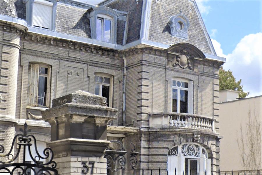 La balustrade en pierre du balcon de la demeure a cédé soudainement, projetant quatre convives dans le vide - Illustration © Google Maps