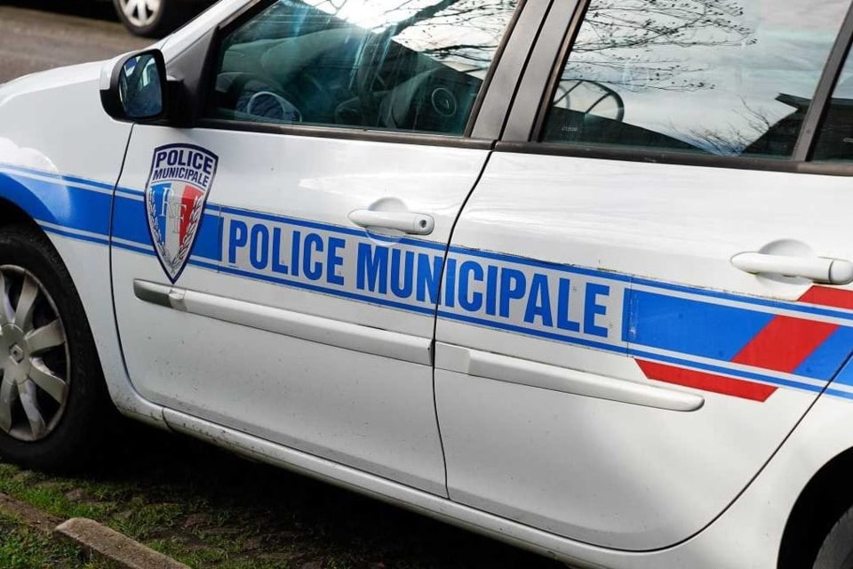 Le véhicule de police a été touché par le  projectile - Illustration