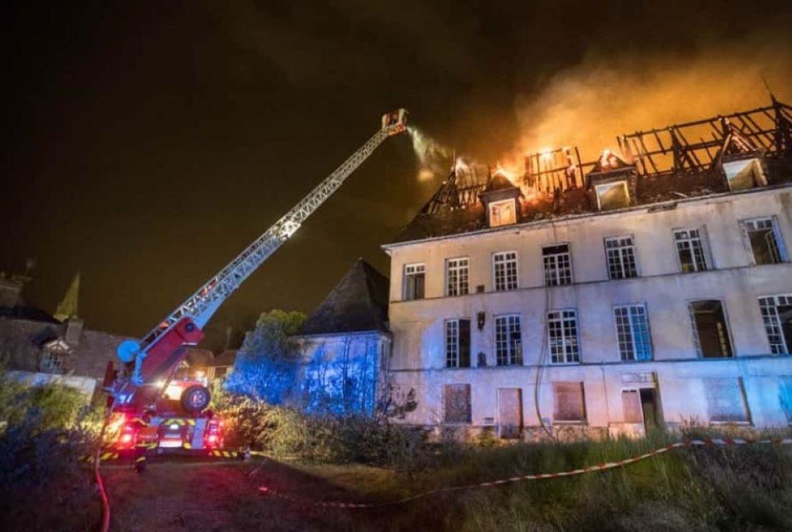 La toiture de la bâtisse était embrasée à l'arrivée des sapeurs-pompiers - Photo du Service départemental d'incendie et de secours (SDIS76)