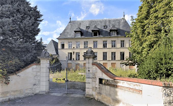 Le château a été acquis par la ville de Oissel. Pour empêcher l'intrusion de squatteurs, les portes et fenêtres du rez-de-chaussée ont été condamnées - Illustration du château avant l'incendie ©Google Maps