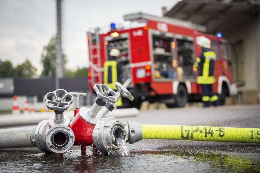 Ce samedi matin, les sapeurs-pompiers étaient toujours sur les lieux du sinistre qui a détruit un entrepôt dans la nuit - Illustration © Adobe Stock