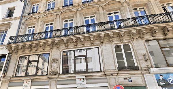 Des morceaux de la corniche du balcon situé au deuxième étage sont tombés sur le trottoir et la chaussée, rue de la République - Illustration © Google Maps
