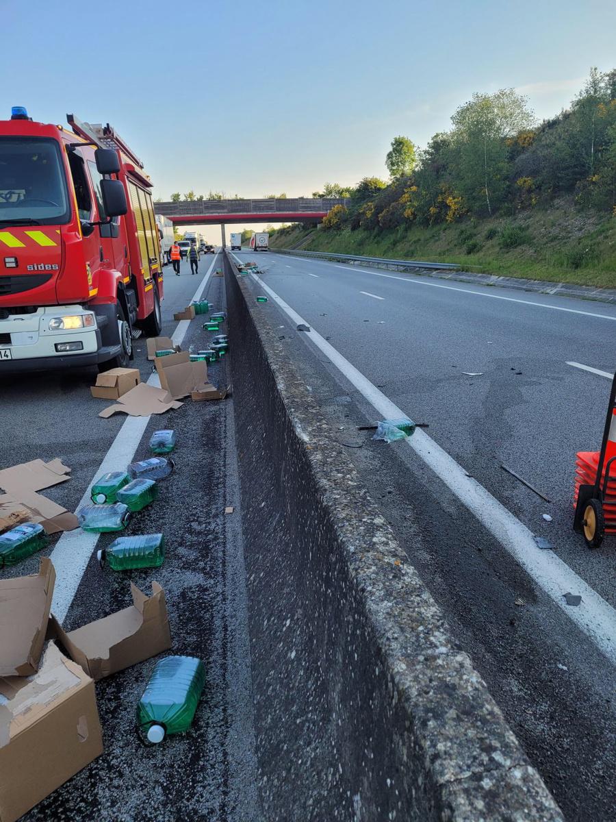 Sur l'A28, dans l'Eure, un camion a perdu son chargement en percutant le rail de sécurité central - Photo @ Alis
