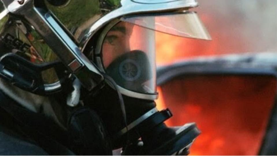 Une vingtaine de sapeurs-pompiers ont été engagés pour lutter contre le feu qui a embrasé la toiture de l'immeuble - Illustration