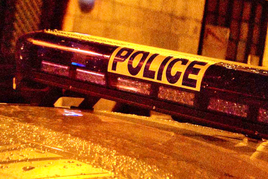 La vitre du véhicule de police a été brisée par un projectile - illustration