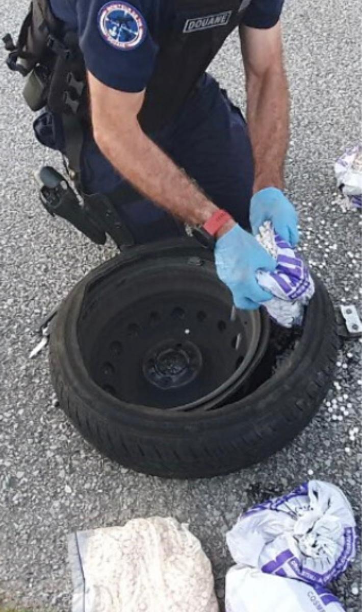 Les cachets d'ecstasy étaient dissimulés dans le pneus de la roue de secours - Photo © Douane Rouen