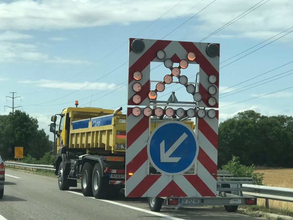 Le poids lourd à vide a heurté le camion de balisage de la SAPN et s'est enflammé - Illustration © infoNormandie