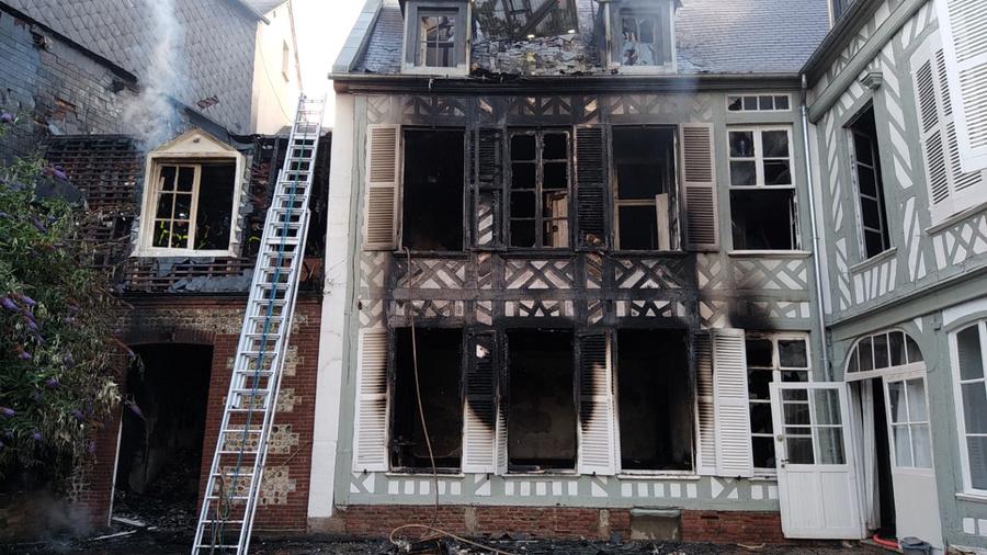 Le feu s'est déclaré au premier étage de l'immeuble - Photo @ Sdis76