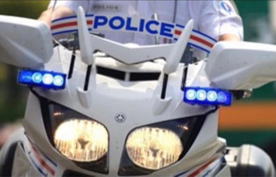 L'automobiliste a coupé la priorité aux policiers de la formation motocycliste urbaine - Illustration @ DDSP76