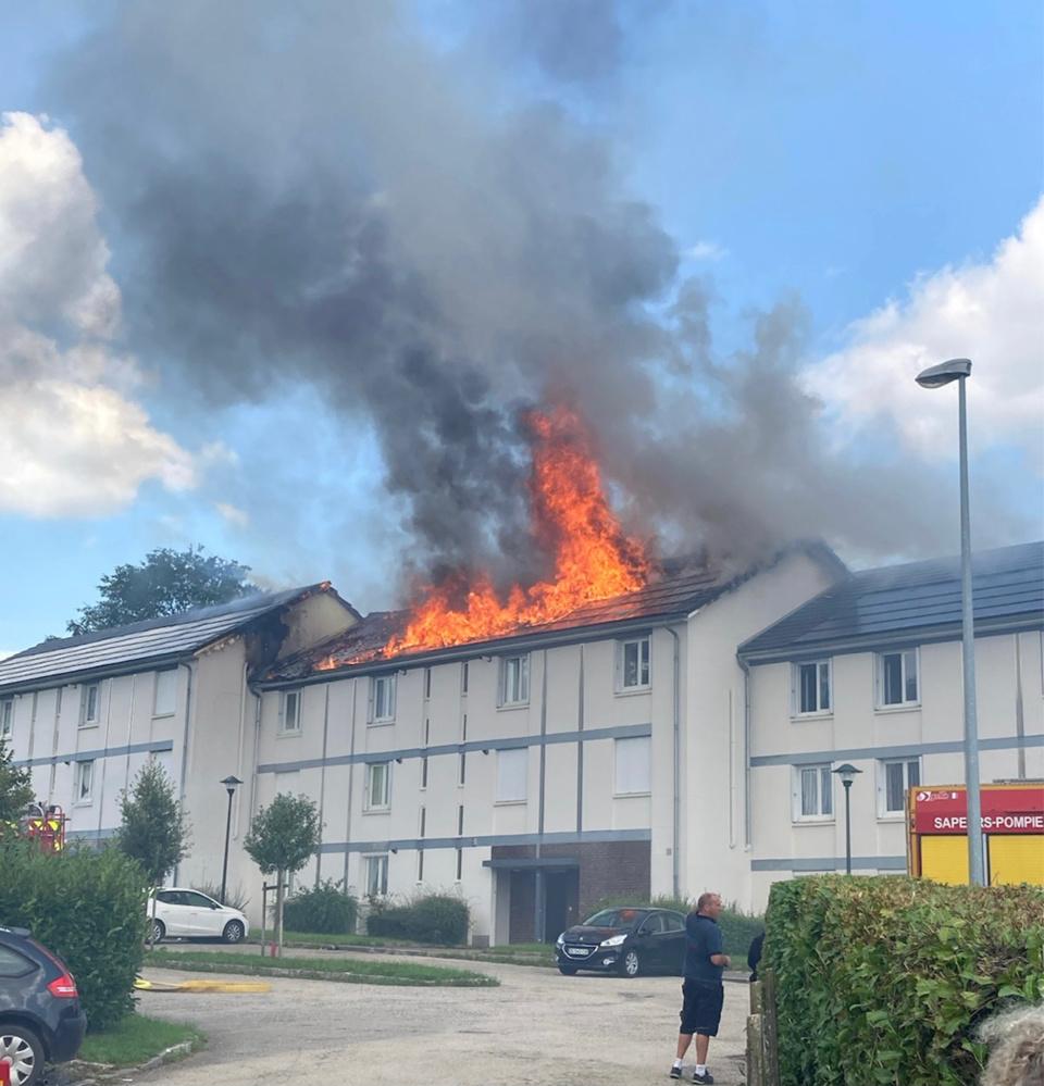 La toiture était embrasée à l'arrivée des sapeurs-pompiers - photo @ SDIS76