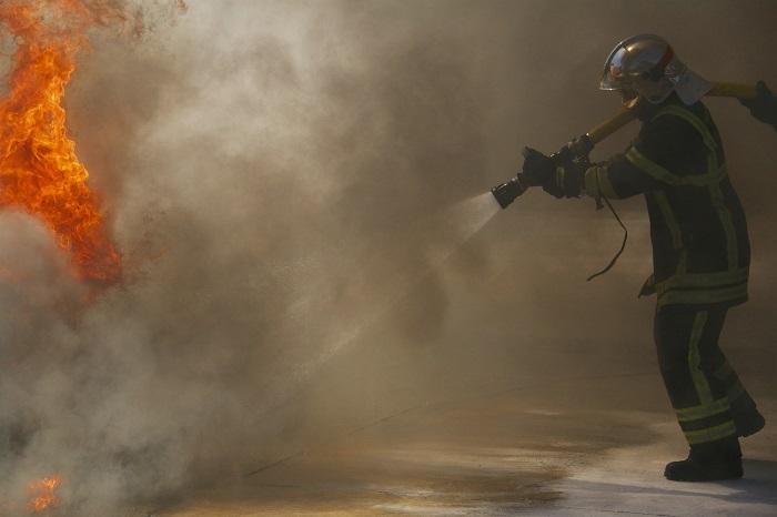 Le feu a été circonscrit à l'aide d'une lance à incendie - Illustration © Adobe